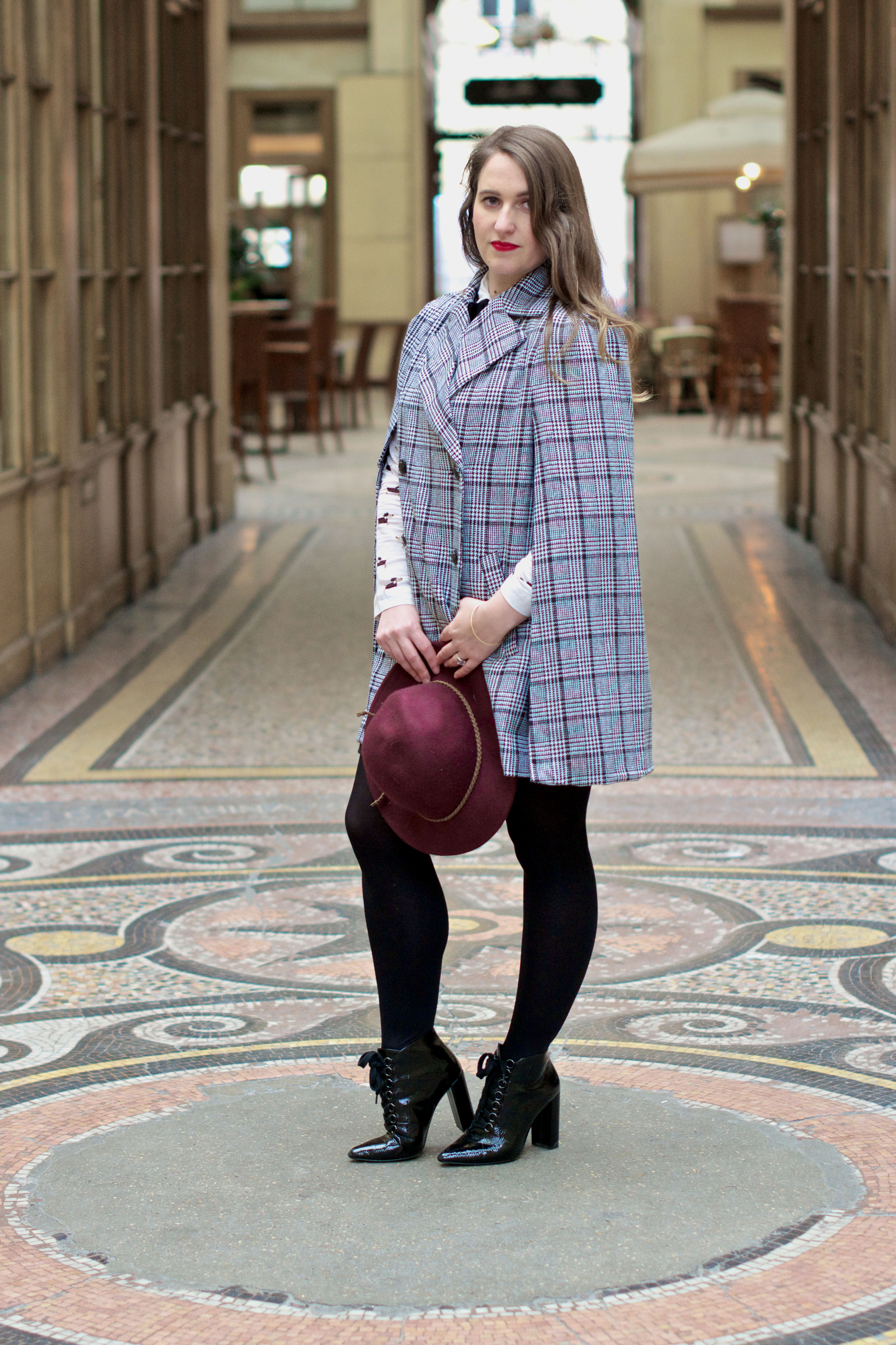 look-preppy-london-capetartan-shein-galeriesvivienne-paris-influencer-fashionblogger-chemiseretro-mango-jupepatineuse-bottineszara-vinyl-seralynepointcom