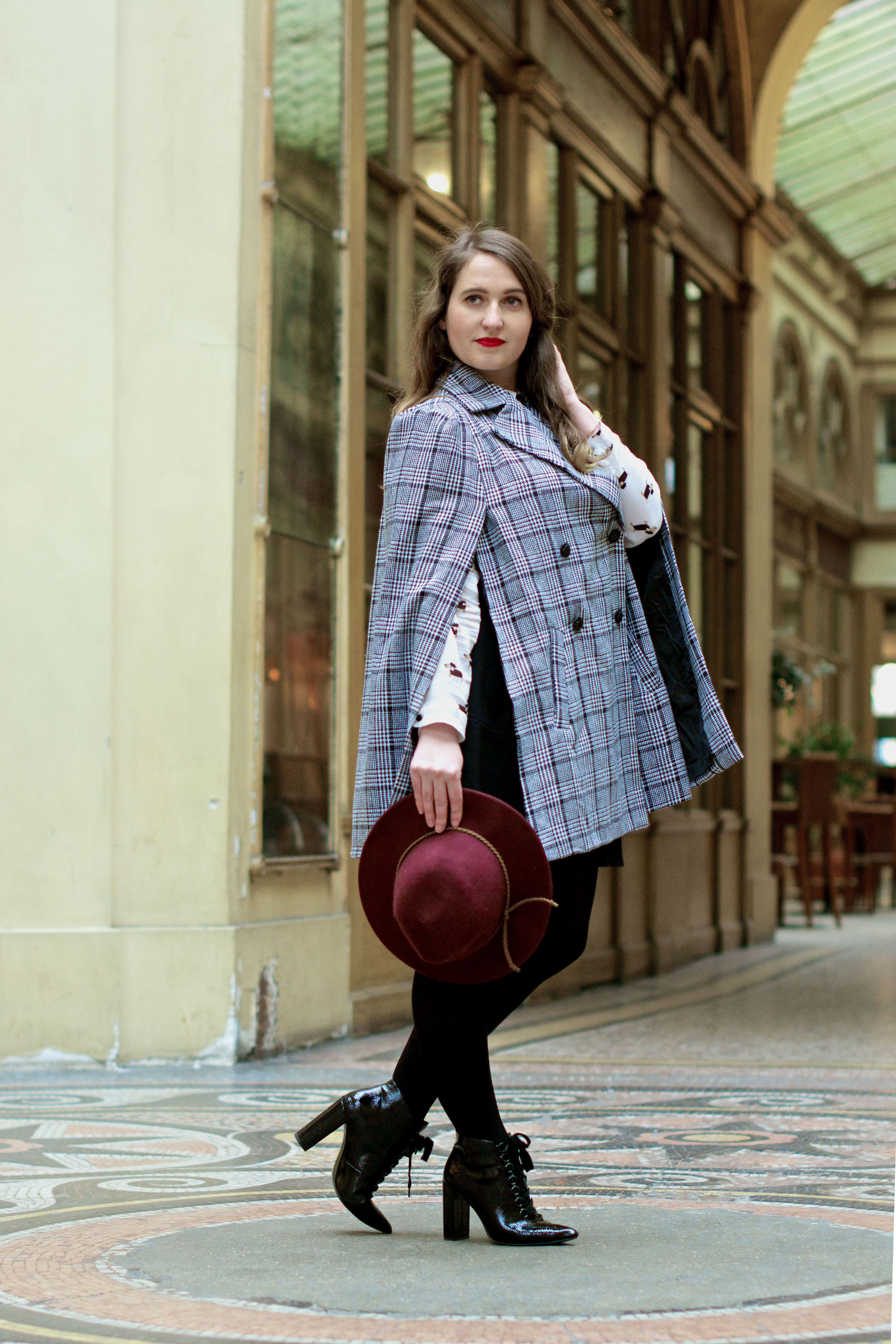 look-preppy-london-capetartan-shein-galeriesvivienne-paris-influencer-fashionblogger-chemiseretro-mango-jupepatineuse-bottineszara-vinyl-seralynepointcom_DSC3394