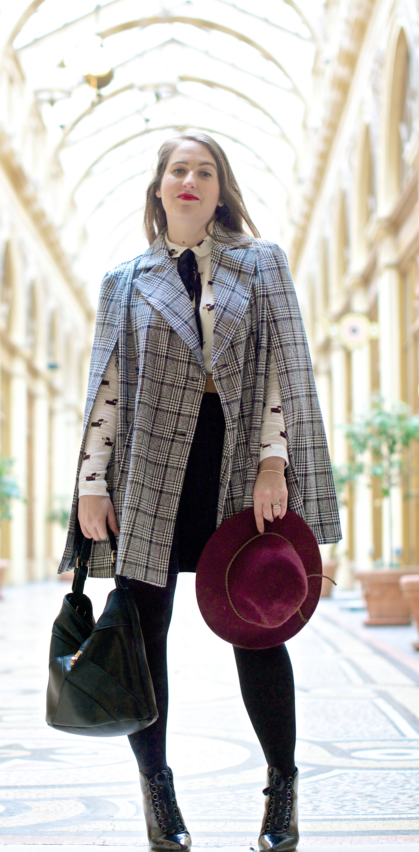 look-preppy-london-capetartan-shein-galeriesvivienne-paris-influencer-fashionblogger-chemiseretro-mango-jupepatineuse-bottineszara-vinyl-seralynepointcom_DSC3397