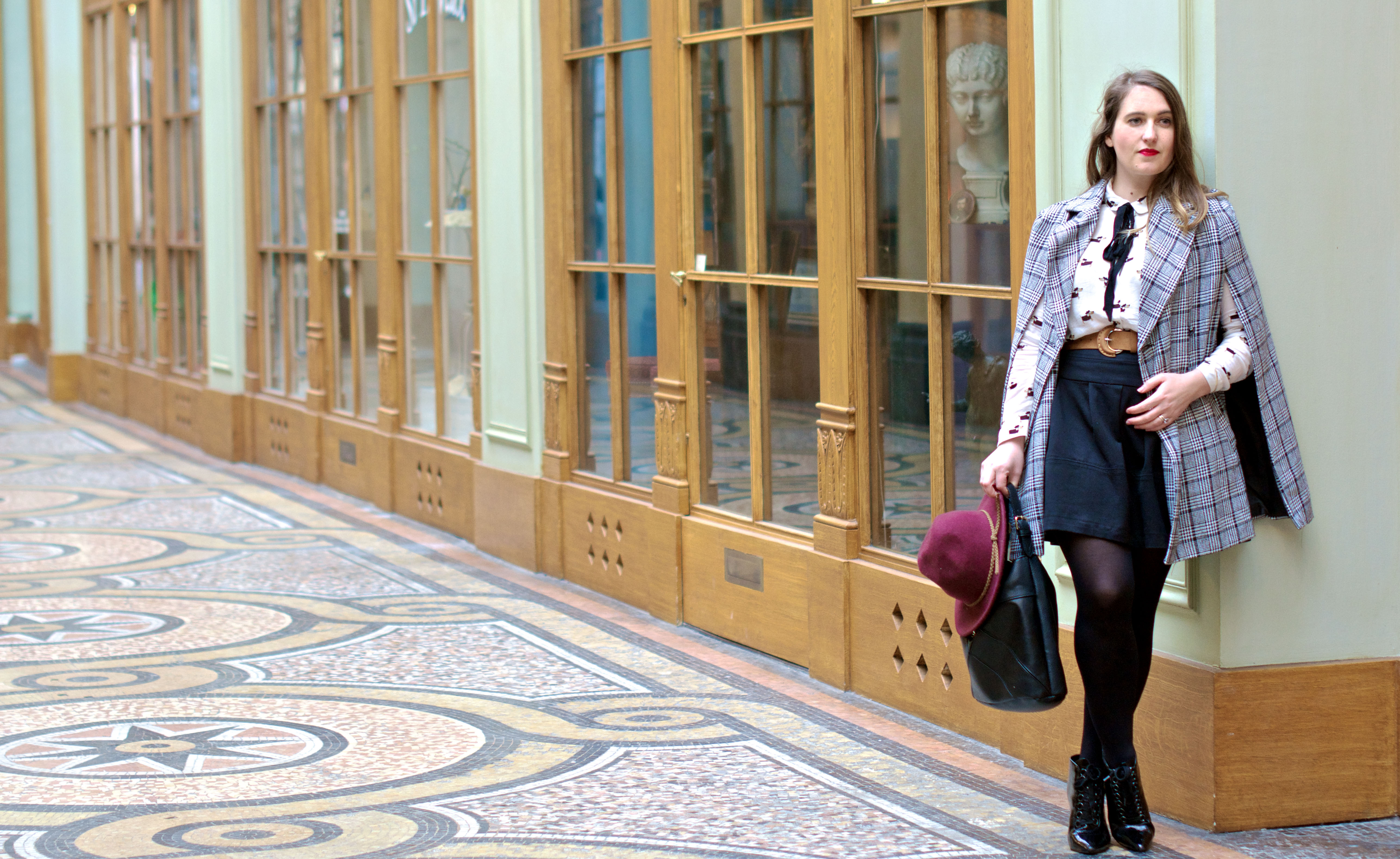 look-preppy-london-capetartan-shein-galeriesvivienne-paris-influencer-fashionblogger-chemiseretro-mango-jupepatineuse-bottineszara-vinyl-seralynepointcom_DSC3408