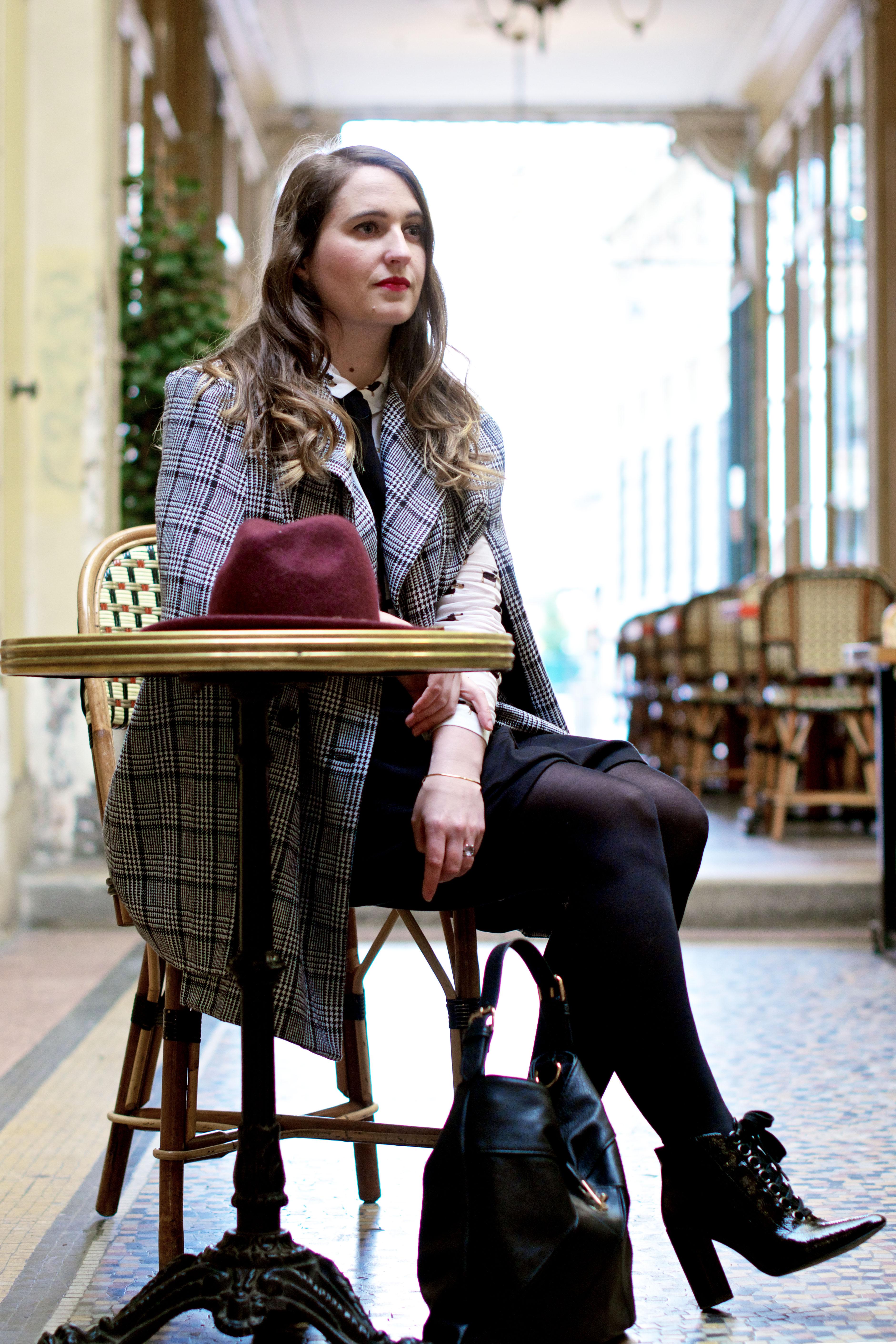 look-preppy-london-capetartan-shein-galeriesvivienne-paris-influencer-fashionblogger-chemiseretro-mango-jupepatineuse-bottineszara-vinyl-seralynepointcom_DSC3452