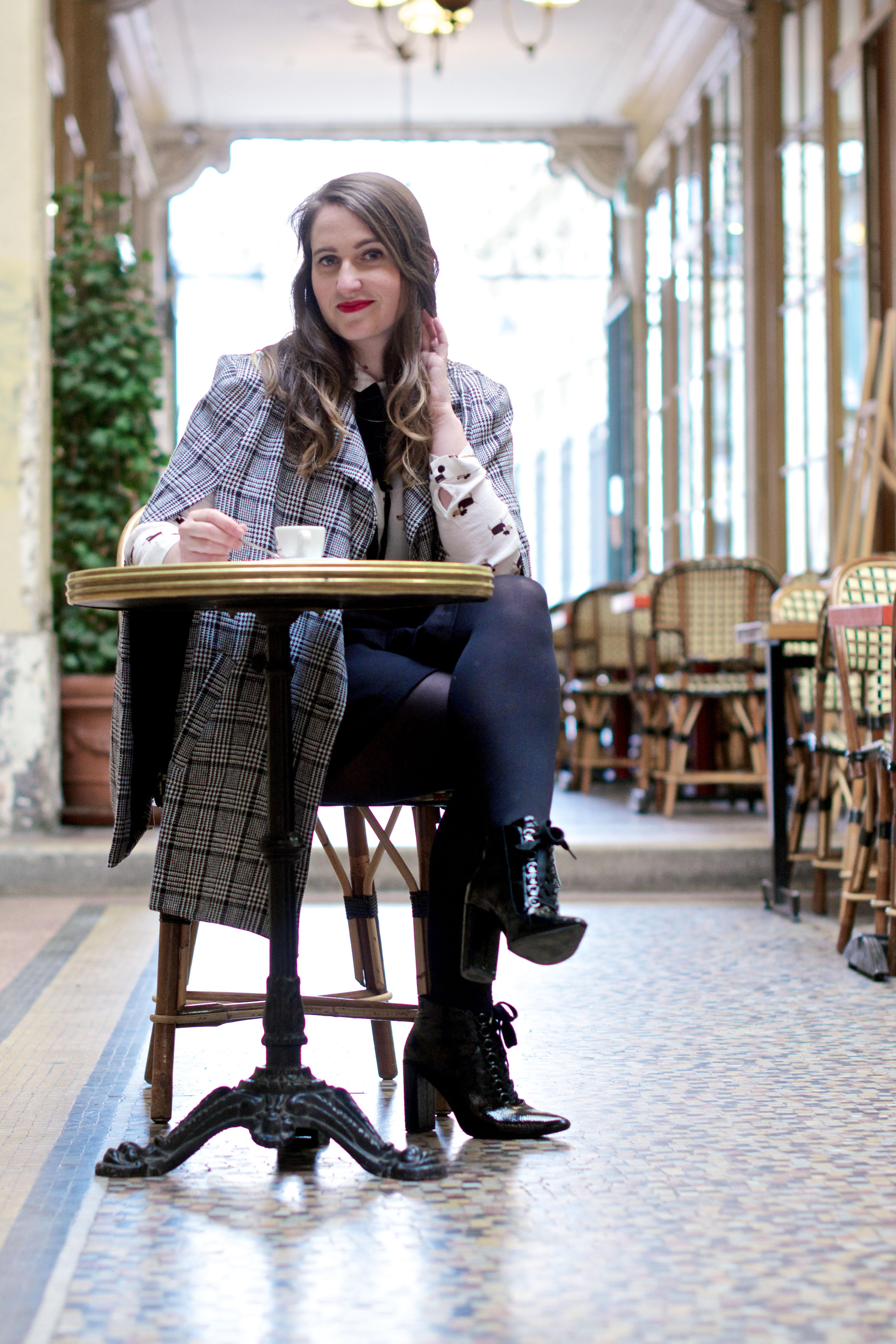 look-preppy-london-capetartan-shein-galeriesvivienne-paris-influencer-fashionblogger-chemiseretro-mango-jupepatineuse-bottineszara-vinyl-seralynepointcom_DSC3466