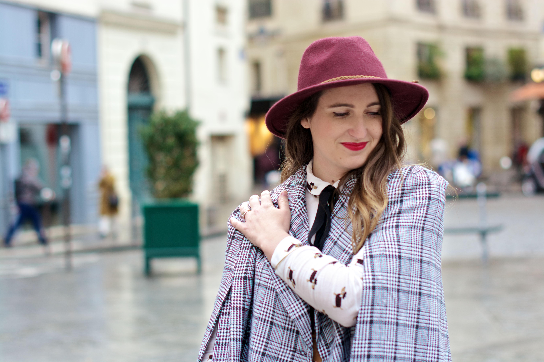 look-preppy-london-capetartan-shein-galeriesvivienne-paris-influencer-fashionblogger-chemiseretro-mango-jupepatineuse-bottineszara-vinyl-seralynepointcom_DSC3475
